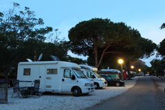Mobilny stwarza ognisko domowe na campingu Fotografia Royalty Free