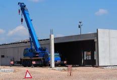 Mobilny teleskopowy żuraw na ciężarówce przy pracą w nowym budynku w budowie obrazy royalty free