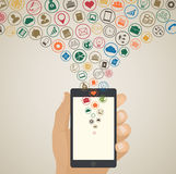 Mobilt app-utvecklingsbegrepp, molnmassmediasymboler runt om minnestavlan Royaltyfri Fotografi