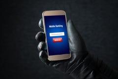 Mobilt bankrörelsehacka- och cybersäkerhetsbegrepp arkivfoto