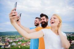Mobilt beroendeproblem Flicka och man med mobil smartphoneskommunikation direktanslutet Selfie Tid Liv direktanslutet folk royaltyfria bilder