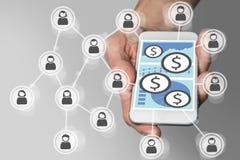 Mobilt betalningbegrepp med smartphonen och det sociala nätverket Royaltyfri Bild
