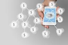 Mobilt e-betalning och e-kommers begrepp med handen som rymmer den moderna smartphonen främst av neutral grå bakgrund Fotografering för Bildbyråer