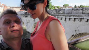 Mobilt foto för pardanande av den Tiberius brogränsmärket Rimini Italien kyss arkivfilmer