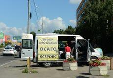 Mobilt kontor av bilförsäkring nära byggnaden för trafikpolisen Royaltyfri Fotografi