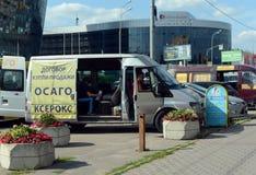 Mobilt kontor av bilförsäkring nära byggnaden för trafikpolisen Royaltyfria Bilder