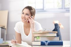 mobilt le för attraktiv högskolaflicka Arkivbilder