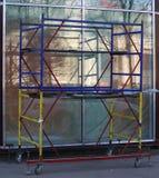 Mobilt material till byggnadsställning på hjul royaltyfria foton