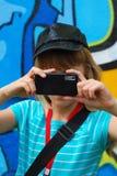 mobilt telefonfoto för flicka som tar barn Arkivbild