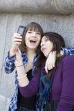 mobilt telefonfoto för flickor som tar teen stads- Arkivfoton