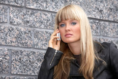 mobilt telefonkvinnabarn Royaltyfria Bilder