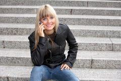 mobilt telefonkvinnabarn Arkivbilder