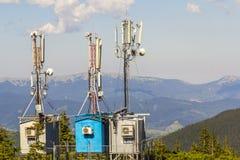 Mobilt telekommunikationtorn eller celltorn med antennen och el Arkivbild