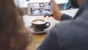 Mobilt videopn kalla Telefon med framsidan på skärmen i handCloseup stock video