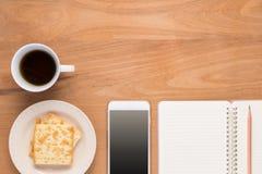 Mobiltelefon anteckningsbok, blyertspenna, kaffe, te, matsmällare Fotografering för Bildbyråer