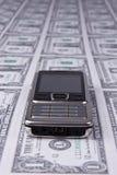Mobiltelefon auf Geldhintergrund Lizenzfreies Stockbild