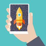 Mobiltelefon in der Hand mit Raumschiff Lizenzfreie Stockfotos