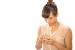 Mobiltelefon för kvinna för asiatLatina flicka smsande Fotografering för Bildbyråer
