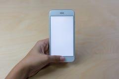 Mobiltelefon genom att använda begrepp med den tomma skärmen Arkivbild