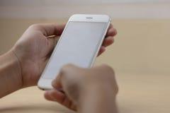 Mobiltelefon genom att använda begrepp med den tomma skärmen Royaltyfri Foto