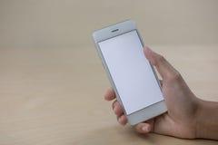 Mobiltelefon genom att använda begrepp med den tomma skärmen Arkivfoto