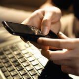 mobiltelefon genom att använda kvinnan Arkivfoto
