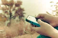 Mobiltelefon i en kvinnas hand Arkivbild