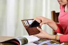Mobiltelefon i en kvinnas hand arkivfoton