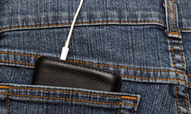 Mobiltelefon i facket av jeans Royaltyfria Bilder
