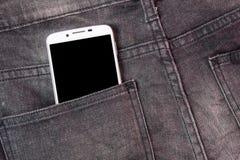 Mobiltelefon i fick- jeans med den svarta skärmen tillbaka bakgrundsjeansfack Royaltyfria Bilder