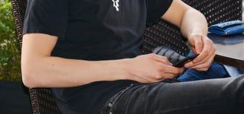 Mobiltelefon i händer Royaltyfri Bild
