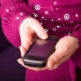 Mobiltelefon i kvinnliga händer Royaltyfri Fotografi