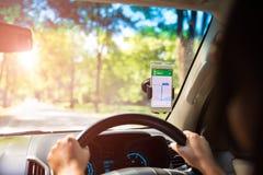 Mobiltelefon med översiktsgps-navigering i bil U arkivfoton