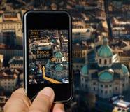 Mobiltelefon med agumented verklighet fotografering för bildbyråer
