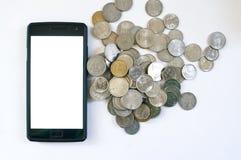 Mobiltelefon med indiska mynt Arkivbild