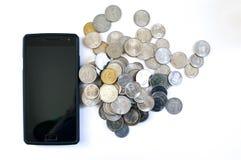 Mobiltelefon med indiska mynt Royaltyfria Bilder