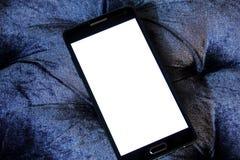 Mobiltelefon med kopieringsutrymme på den vita skärmen Arkivfoton