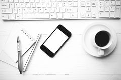 Mobiltelefon mit Computer- und Kaffeetasseschwarzweiss-Farbschweinestall Lizenzfreies Stockfoto