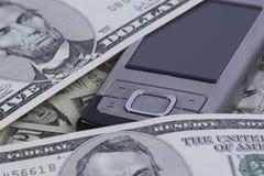 Mobiltelefon mit Dollar Lizenzfreie Stockfotos