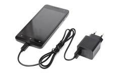 Mobiltelefon- och adapteruppladdare arkivfoton