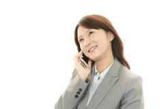 Mobiltelefon och affärskvinna. arkivfoton