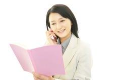 Mobiltelefon och affärskvinna. royaltyfria bilder