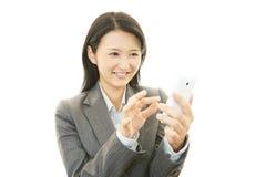 Mobiltelefon och affärskvinna. fotografering för bildbyråer