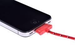Mobiltelefon och synkroniseringskabel royaltyfri bild