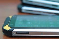 Mobiltelefon på en trätabell Arkivfoton