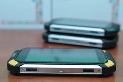Mobiltelefon på en trätabell Arkivbilder