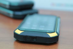 Mobiltelefon på en trätabell Royaltyfri Fotografi