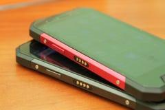 Mobiltelefon på en trätabell Royaltyfri Foto