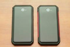Mobiltelefon på en trätabell Arkivfoto