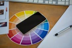 Mobiltelefon på färgprovkarta Royaltyfri Fotografi